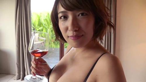 佐藤聖羅の水着ワイン