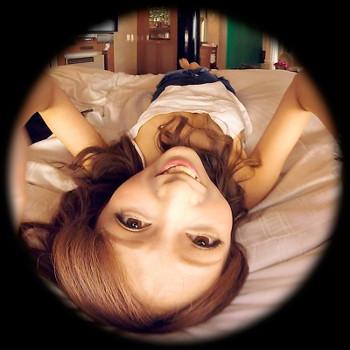 ベッドに寝転がる根本弥生のVRアイドル新作動画