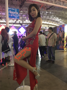 東京ゲームショウのチャイナ服のコンパニオン