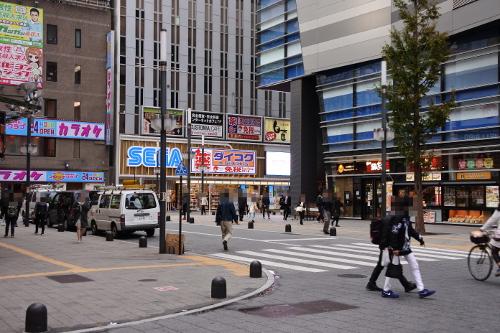 TOHOシネマズ新宿を左に曲がる