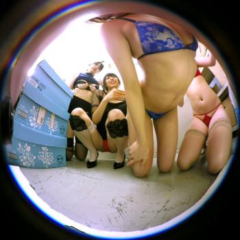 VRアイドル動画でロッカールームを撮影
