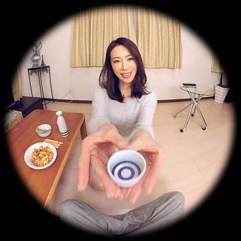 VRアイドル動画新作で岩本和子がお酌